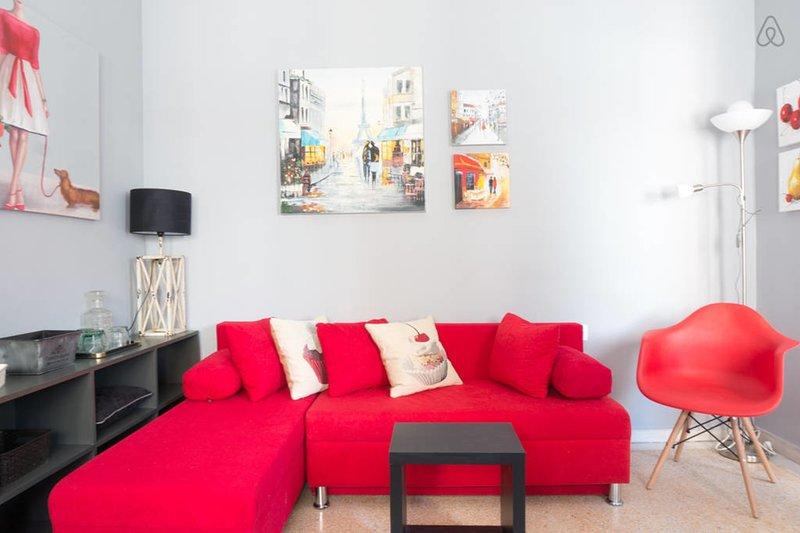 Big Red Sofa y algunas lindas pinturas al óleo en las paredes