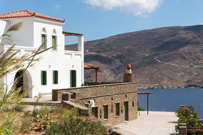 La propiedad está construida sobre una colina con vistas a la bahía o Korthi