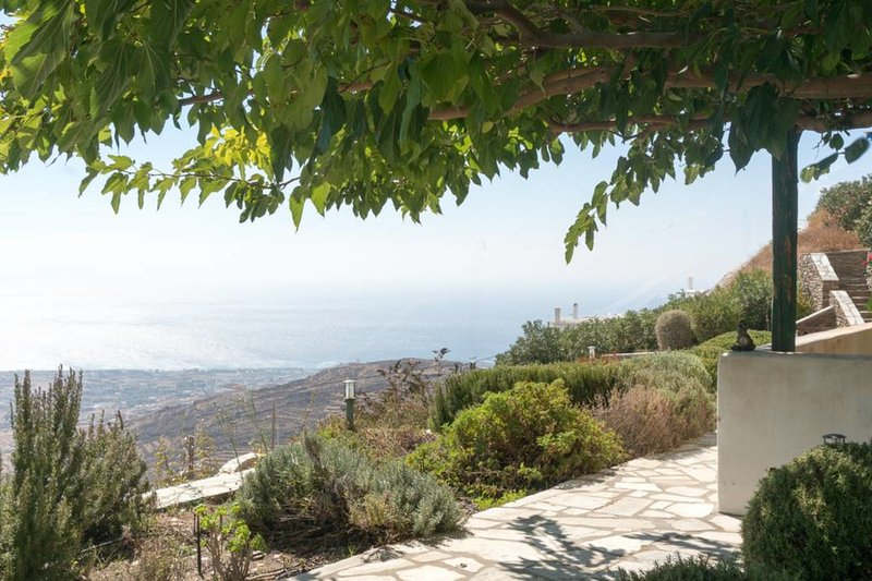 Bellevue villa with bbq area and view by JJ Hospitality, holiday rental in Triantaros