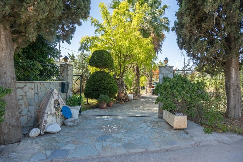 La entrada está flanqueada por hermosos cipreses