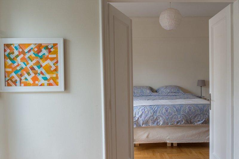 Retrato de Pattission Ave. a la izquierda. La cama doble está elevada y super ...