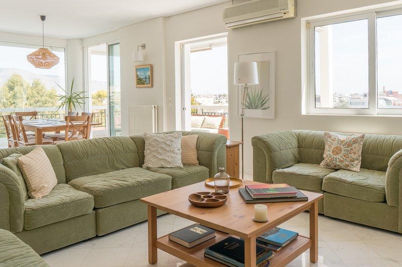 Amplia sala de estar y comedor con vistas panorámicas