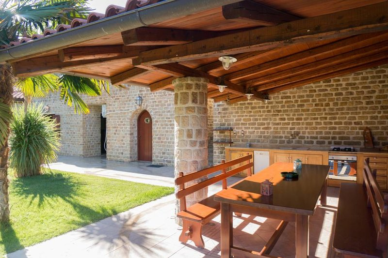 Writers' Retreat with pool by JJ Hospitality, holiday rental in Galatas