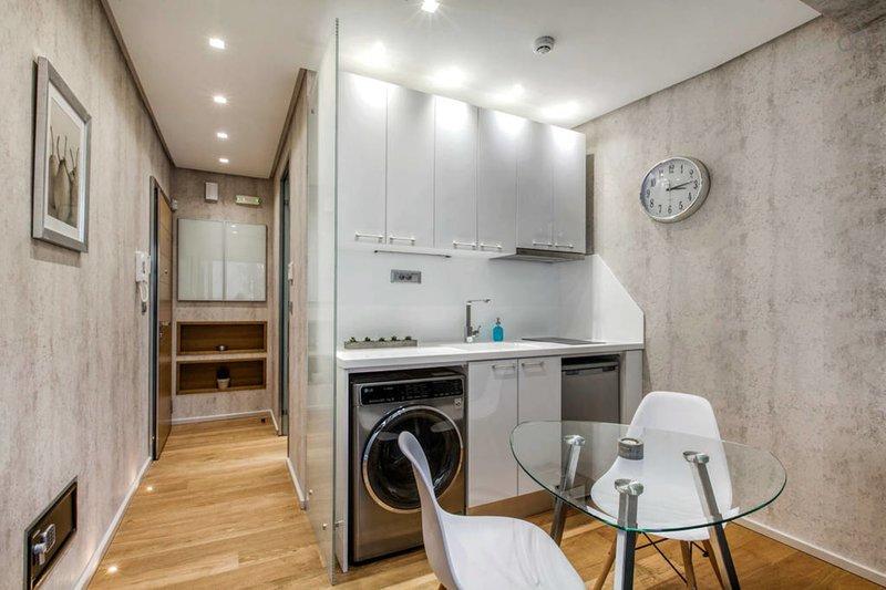 La cocina también tiene una lavadora-secadora incorporada