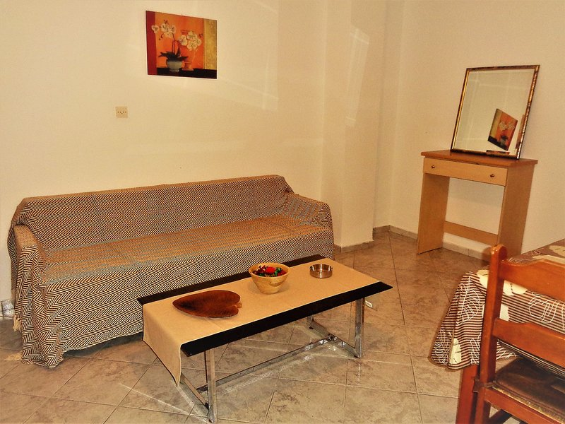 Elenas House - Simple style, near the center of the city and nice people, casa vacanza a Artemisia