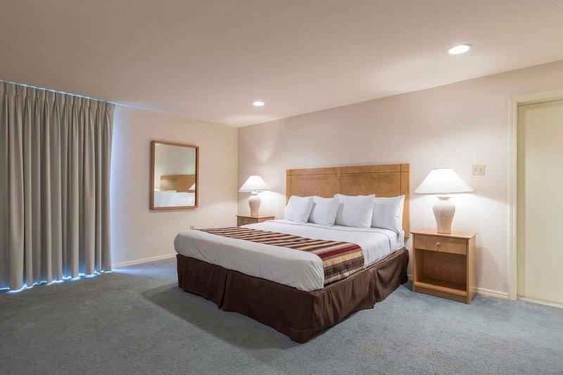 Una cama king-size en un dormitorio principal de tamaño king