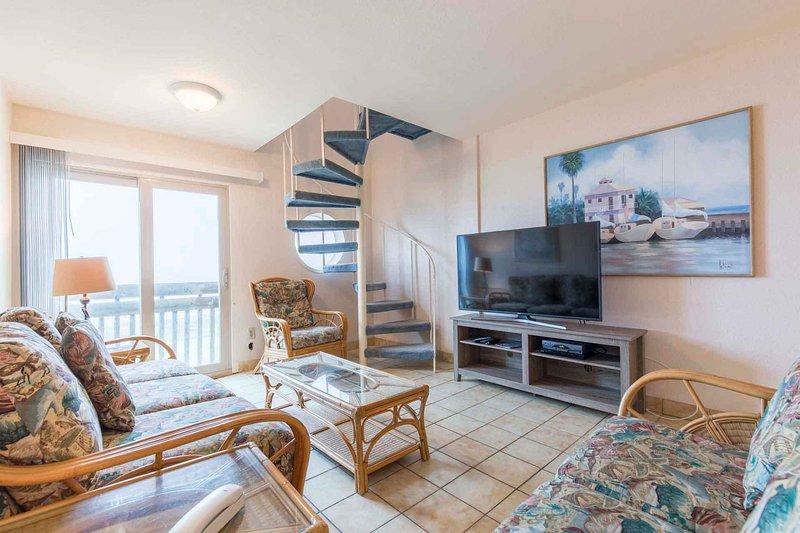 Gran sala de estar con una escalera de caracol para el tercer dormitorio