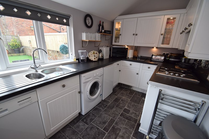 Cocina totalmente equipada con lavavajillas, lavadora, microondas, hervidor tostador.