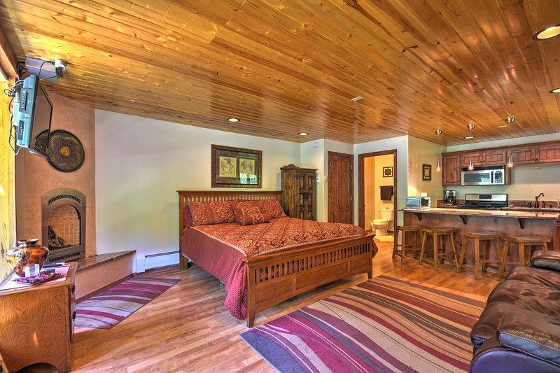 Cozy Streamside Studio 1 Mi From Taos Ski Resort!, alquiler de vacaciones en Taos Ski Valley