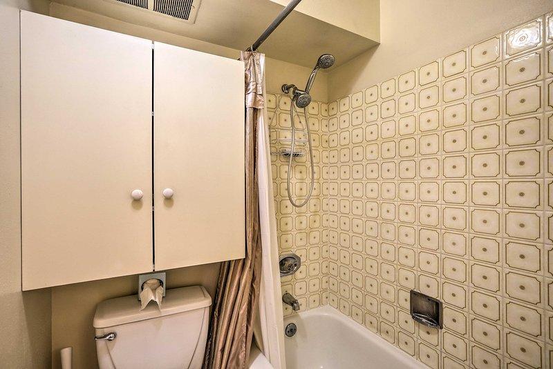 Mantenha seus produtos de higiene pessoal organizados no gabinete.