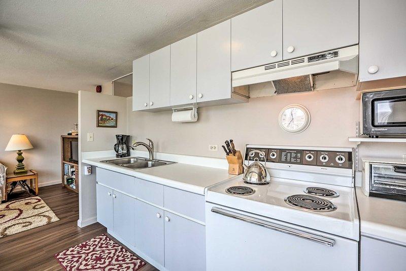 O espaço apresenta todos os seus utensílios de cozinha essenciais.