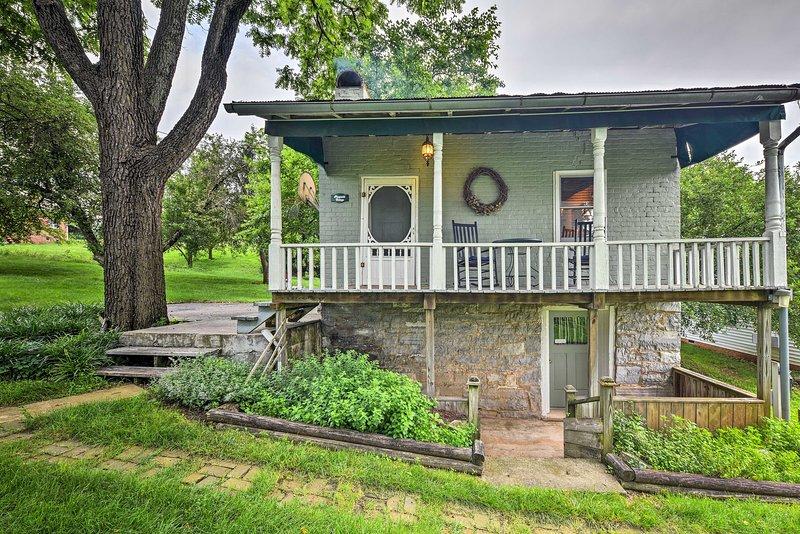Historic 1840s Cottage - 1 Mi. to Harrisonburg!, holiday rental in Harrisonburg