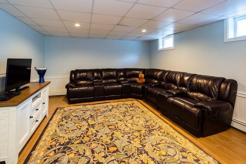 Untere TV-Lounge mit 3D-Flachbildschirm