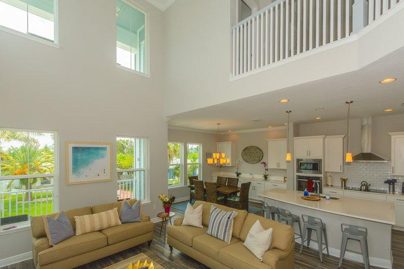 Tropical Treasure Villa - Giant spa and steps from the beach!, alquiler de vacaciones en Redington Beach