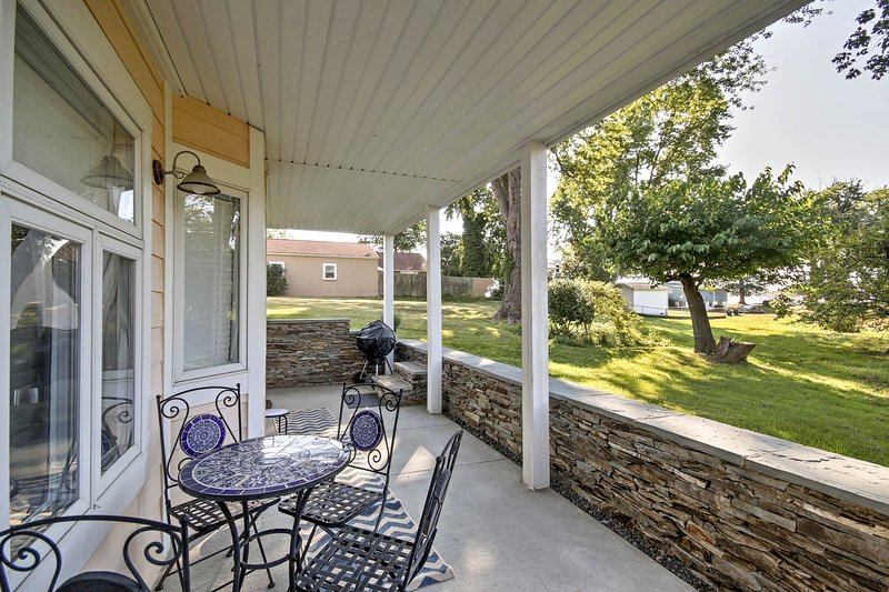This property is perfect for 4 and is located near the Potomac River!