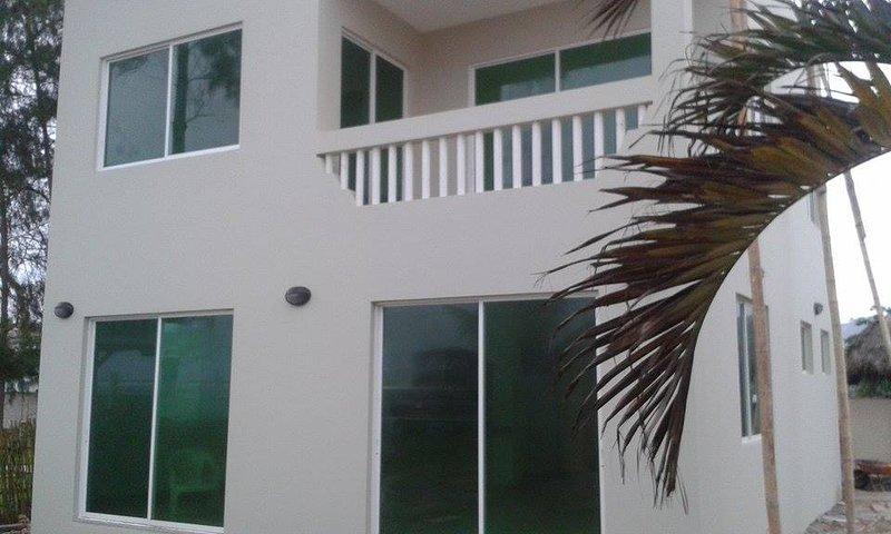Brand New Ocean Front Home, alquiler de vacaciones en Montañita
