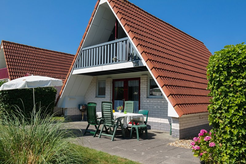 6 Sleeps, Lovely cottage Marilu with garden a canal by the sea and National Park, vacation rental in Lauwersoog