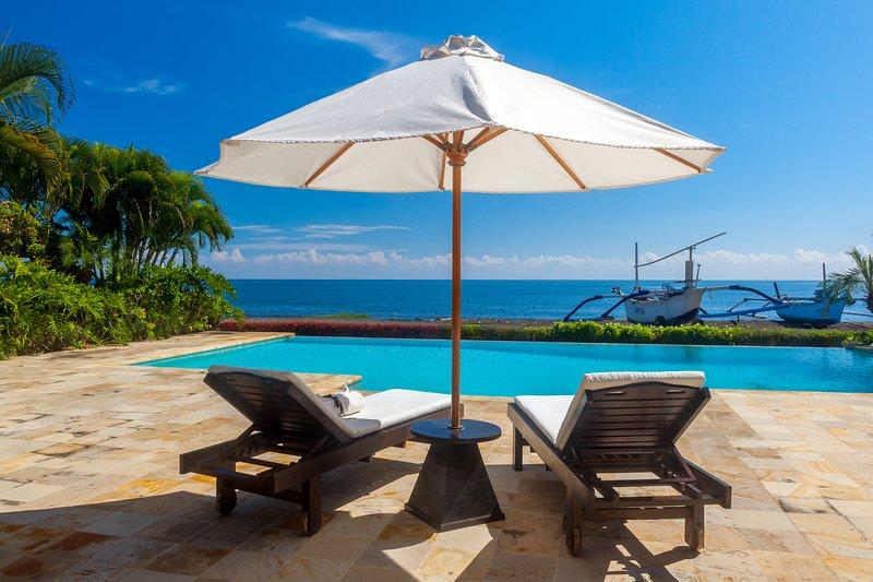 Villa Akasa Segara: Holiday Beachfront Villa Lovina, FREE breakfast!, holiday rental in Dencarik