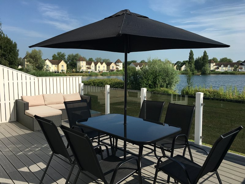 Waterside Lodge, Windrush Lake, Cotswolds, vacation rental in South Cerney