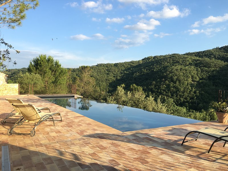 Private Infinity pool 16x4 with view on the valley