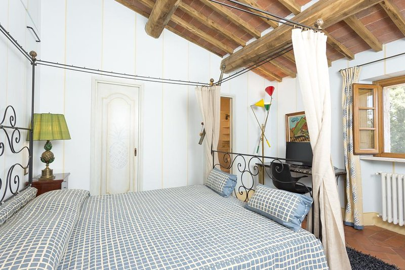 Iris Suite- Private bedroom/bathroom in Bed & Breakfast in Tuscany with pool, alquiler vacacional en Torre A Castello