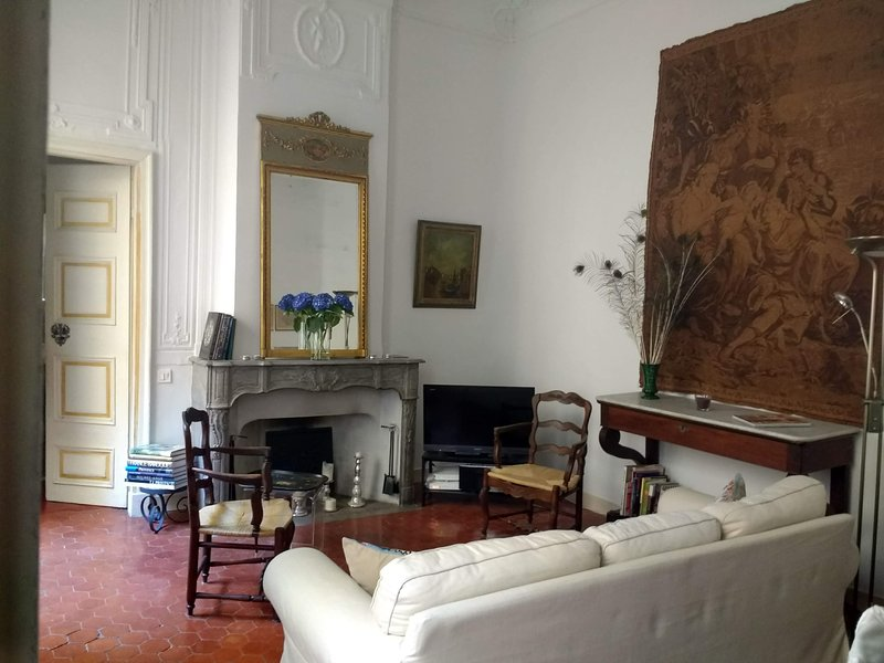 The living/dining room of Ambiance d'Aix
