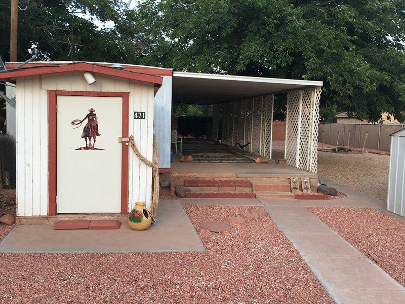 Façade de remorque et hangar, montrant un patio couvert