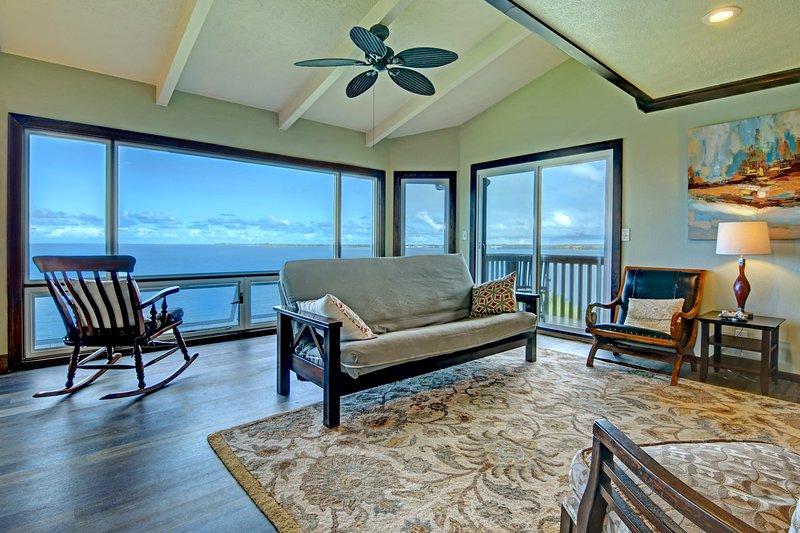 Salon confortable avec télévision à écran plat et une vue imprenable!