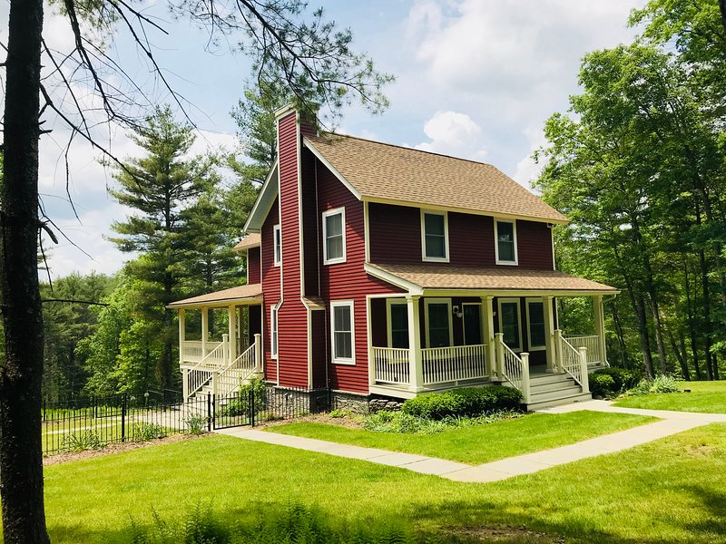 Bella Red Farm--an enchanting secluded escape on top of a hill in the forrest, casa vacanza a Port Jervis
