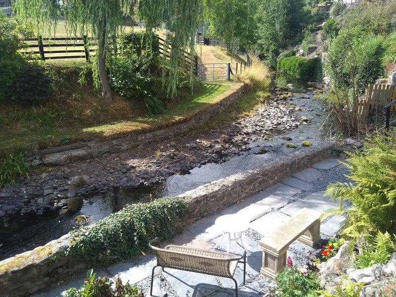 Riverside cottage in the heart of the Llanrhaeadr YM Mochnant village, vacation rental in Llanrhaeadr ym Mochnant