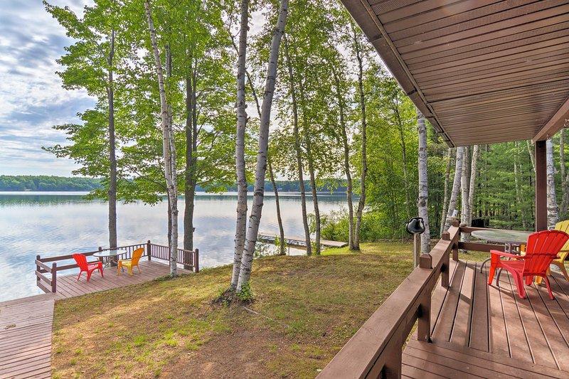 Fuja para a costa no Lago Gooseneck nesta cabana de férias em Manistique.