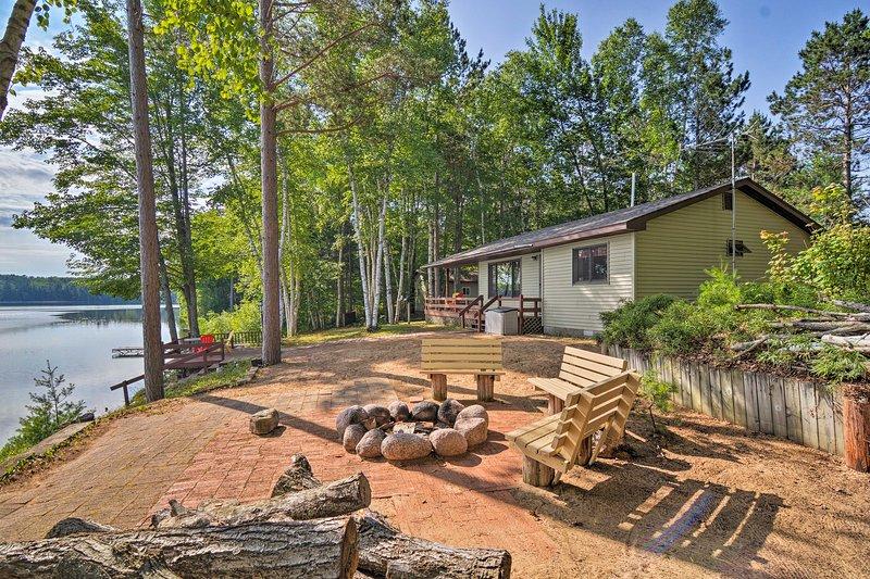 A cabine possui 2 quartos e 1 banheiro com uma praia, doca e fogueira.