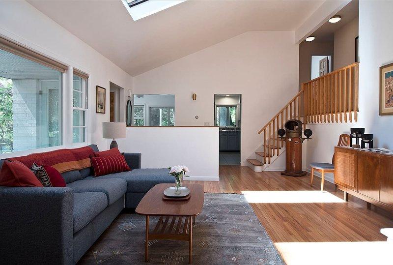 Lindo quarto de família com lareira a lenha.