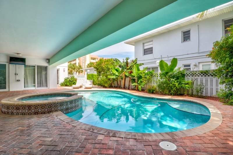Studio Condo Across from Beach-shared pool & spa, holiday rental in Lauderdale-By-The-Sea