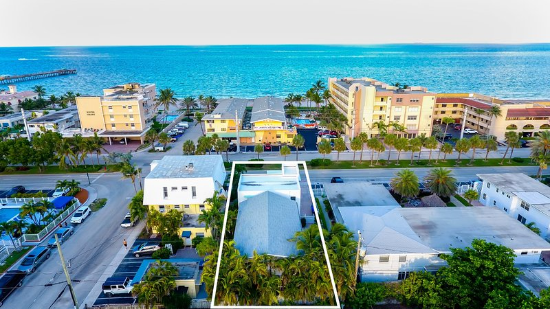 2/1 Condo Across from Beach w/shared pool & spa, holiday rental in Lauderdale-By-The-Sea