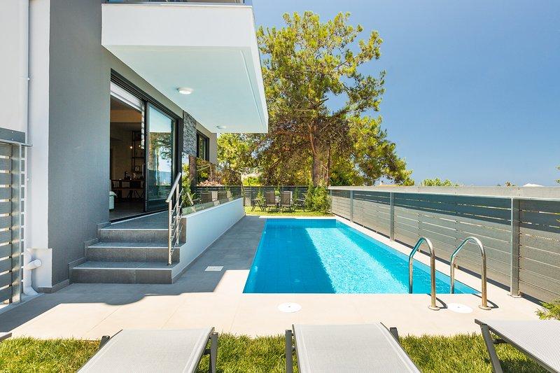 Villa Nisos, lavish feeling!, vacation rental in Sfakaki