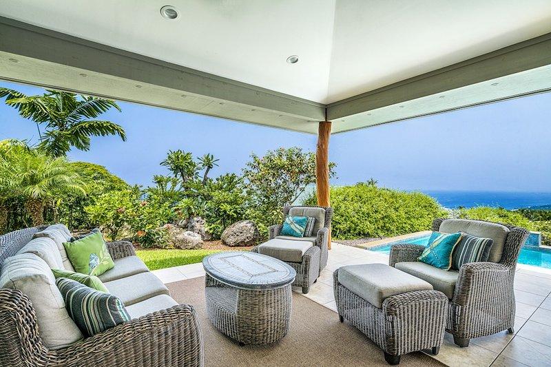 Pool Side Entspannung mit Blick auf die Küste