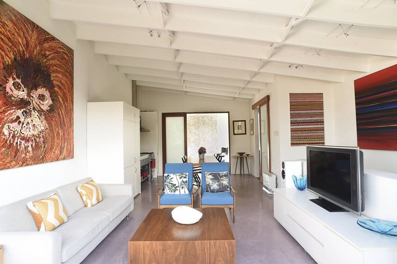 Newtown Two Storey Warehouse Style Home, vacation rental in St Peters