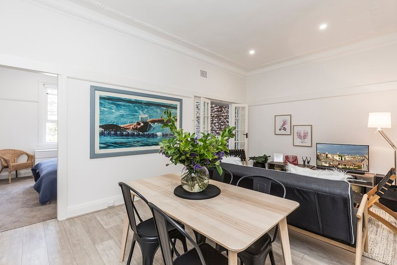 Charming Beachside Art Deco Apartment, vacation rental in Bondi