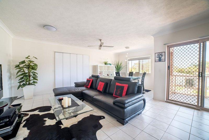 1 Bedroom Gold Coast Beachside Apt w/AC + Parking, holiday rental in Bilambil Heights