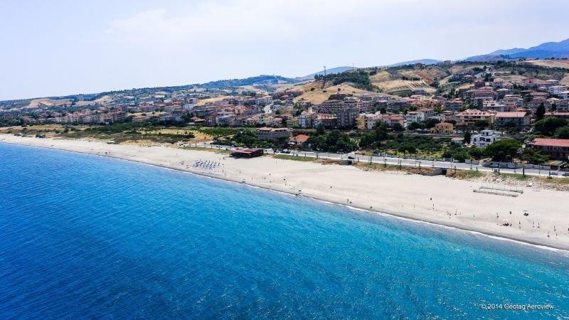 APPARTAMENTO CLIMATIZZATO A SOLI 300 M DAL MARE... COMPLETO DI 5 POSTI LETTO, vakantiewoning in Guardavalle