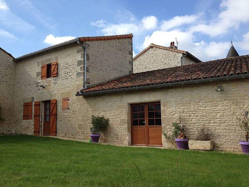 Gîte de charme 4/5 pers 'La jument verte' à 4 mn du Futuroscope, holiday rental in Neuville de Poitou