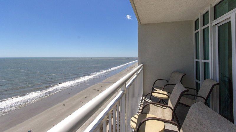 Disfrute de una impresionante vista desde su balcón frente al mar.