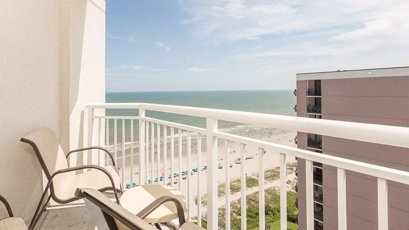 Disfruta de una vista parcial del océano desde tu balcón.