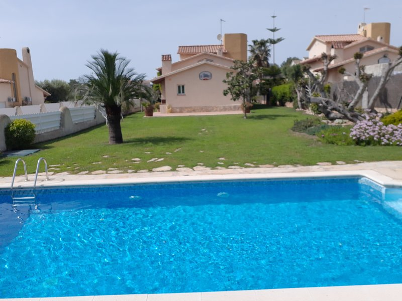 Chalet con jardín de cesped natural 1000m2 y piscina privada, holiday rental in Roda de Bara