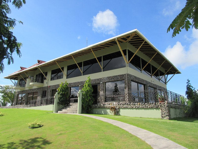 Villa Bamboo- Luxury Ocean and Mountain View Property with Pool, location de vacances à Boca Chica