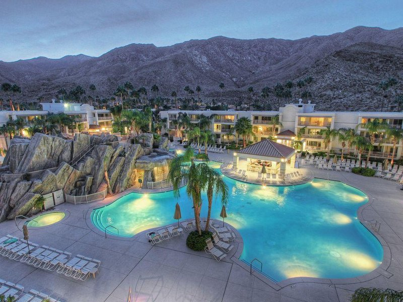 FLASH SALE! Cozy Condo w/ Resort Pool, Waterslides, WiFi & Minutes to Downtown, alquiler de vacaciones en Palm Springs