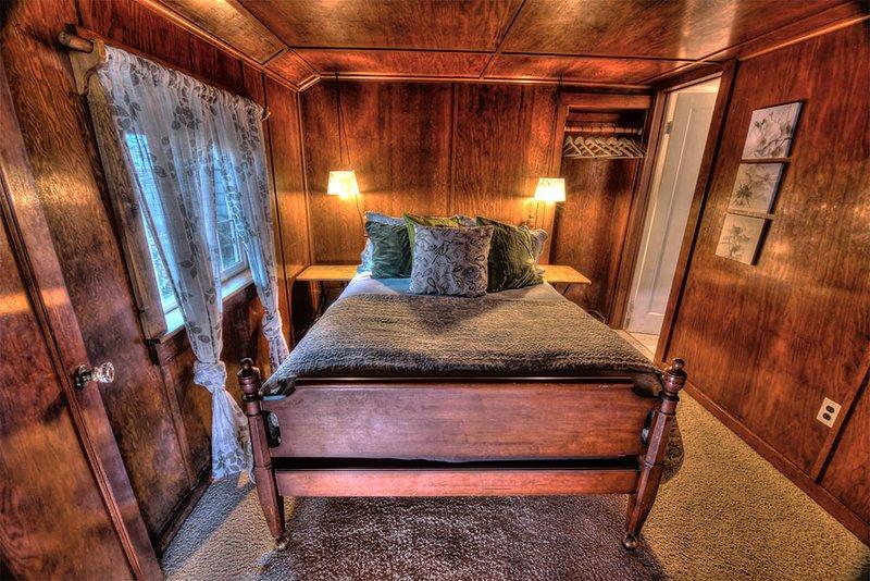 La chambre est un joyau lambrissé de paix et de tranquillité.