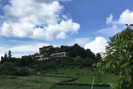 La vue que vous entrez dans le village, votre nouvelle «maison» est en bas à gauche dans l'image.