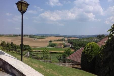 Vue depuis la grande terrasse et les marches de la façade